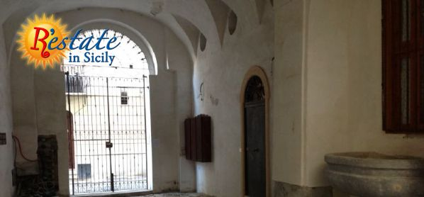 In a 1600 building with a fresco, a fountain and a stoned courtyard, a  few steps from the Cathedral of Palermo, in Historical centre, this  250sqm flat is full of light. Rooms are one after the other, in a  sequence connecting the whole environment....